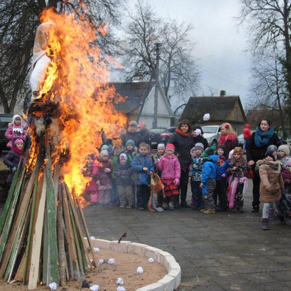 Bukiškių sk. mokiniai su visa Bukiškių ir Riešės gimnazijos bendruomene vijo lauk prailgusią žiemą