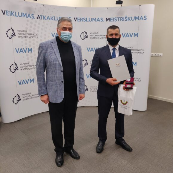 Seimo narys Liudas Jonaitis pasveikino profesijos mokytoją ekspertą Vitalijų Kabelį, pelniusį geriausio 2020 m. Europos profesijos mokytojo titulą.