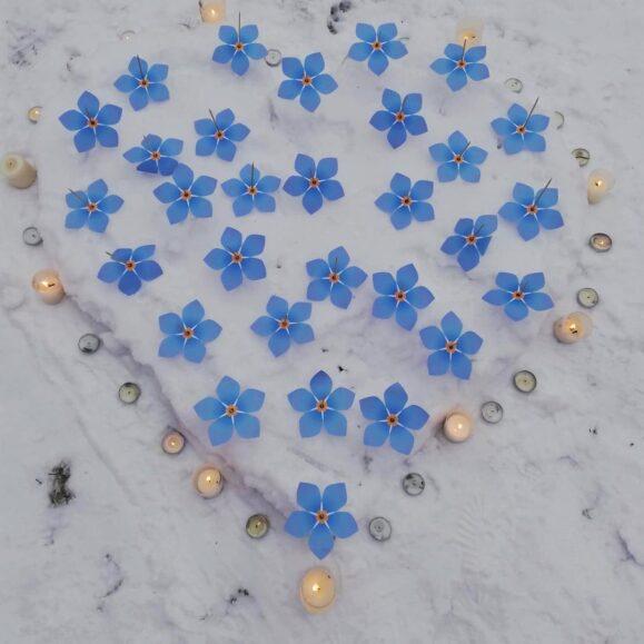 Minėdami Sausio 13 - osios trisdešimtmetį mokyklos kieme pražydo trisdešimt neužmirštuolių.