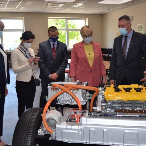 Ministrė Jurgita Šiugždinienė lankėsi Vilniaus automechanikos ir verslo mokyklos sektoriniame praktinio mokymo centre
